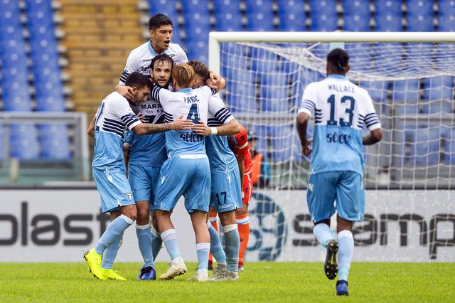 Lazio's Marco Parolo (L) jubilates with his teammates after scoring the 4-1 goal during the Italian Serie A soccer match SS Lazio vs Spal at Olimpico stadium in Rome, Italy, 04 November 2018. ANSA/ANGELO CARCONI